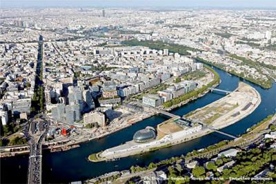 L'île Seguin, avec en figure de proue la Seine musicale, est suivie de l'île Saint-Germain dans la boucle de Seine. La moitié de cette dernière, menacée dans les années 1960, est aujourd'hui naturelle et arborée (20 ha). En 1964 en effet, les élus et le département ont su défendre le paysage de la vallée de la Seine et de l'île Saint-Germain que le schéma directeur d'aménagement de la Région parisienne voulait transformer en site portuaireavec dépôts de sables et de ciment.